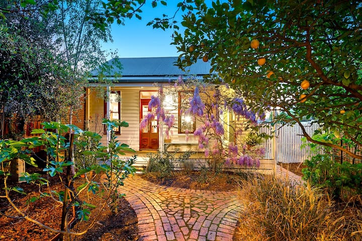Self-contained Northcote cottage