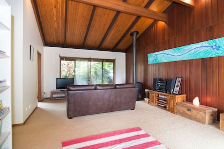 Huge comfortable home backing onto a nature reserve only 3 minutes drive to the stunning seaside village of Brunswick Heads and 15 minutes to Byron Bay and 10 minutes to Mullumbimby. Within 10 minutes of BLUES, SPLENDOUR and FALLS Festivals.
