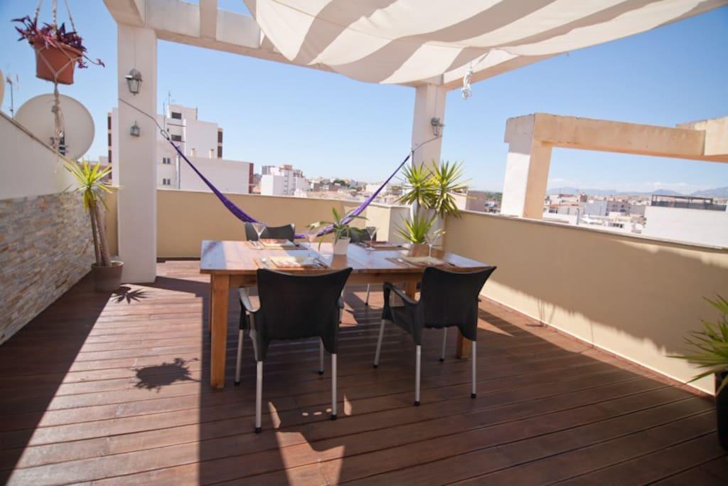 Terraza con Mesa para comer y hamaca para reposar la comida !