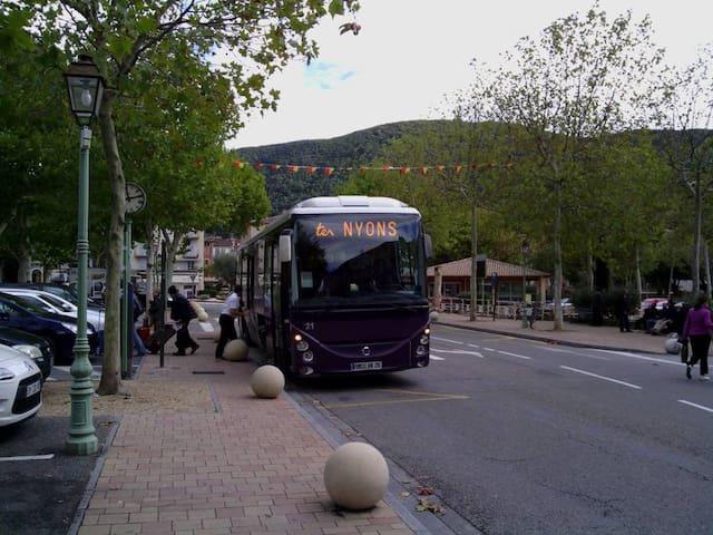 Nyons est également accessible en car SNCF.