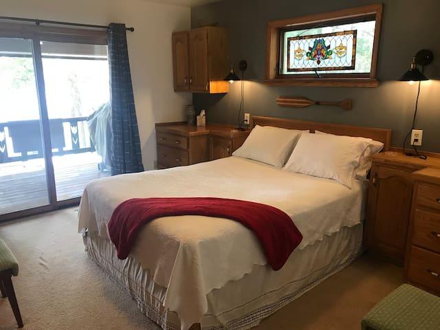 Bedroom 1 (master), 1 Queen Bed, 1st floor