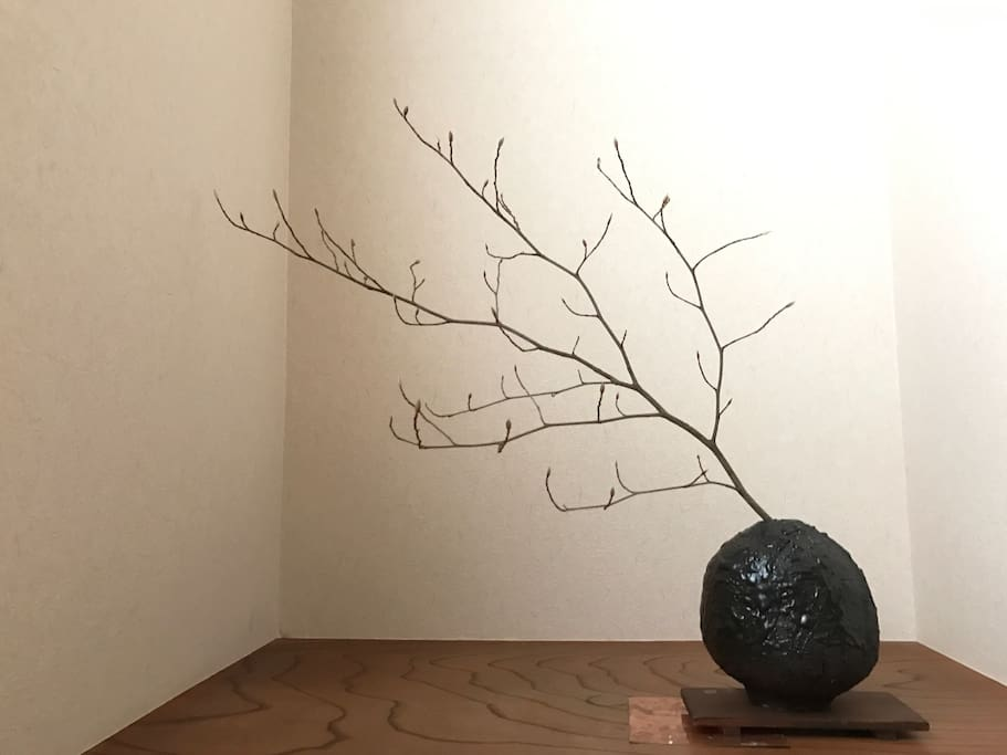 "床間  TOKONO-MA                                                               japanese flower arrangement ""ikebana""_winter version at gest room"