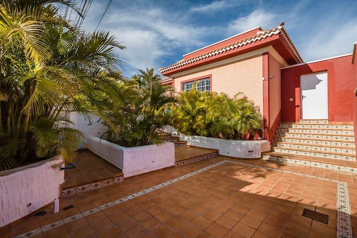 Villa Bougainvilla 300 meters from Beach/Playa