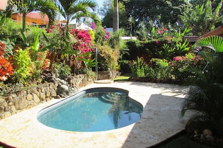 Experience small town Costa Rica in Eclectic home - Atenas