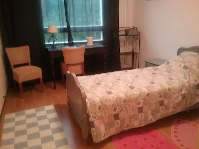 Bedroom in a cosy flat. - Turku - Apartemen