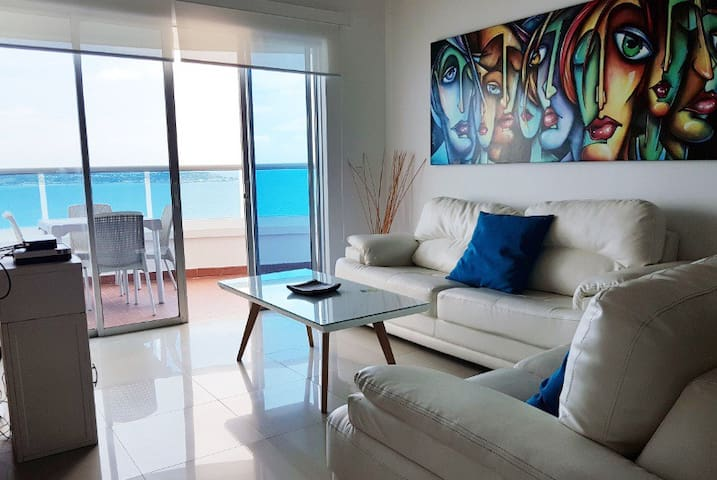 Sala de estar con tv pantalla plana