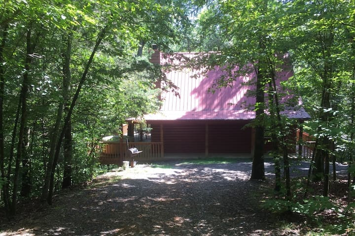 Stunning Cabin, secluded, wooded and near the Ouachita river.