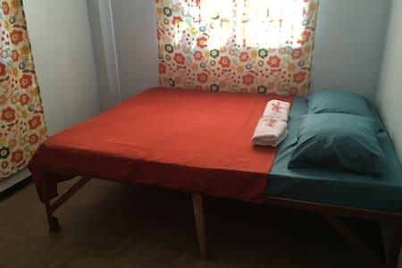 Casa De La Luna Homestay: Private AC Room in GL