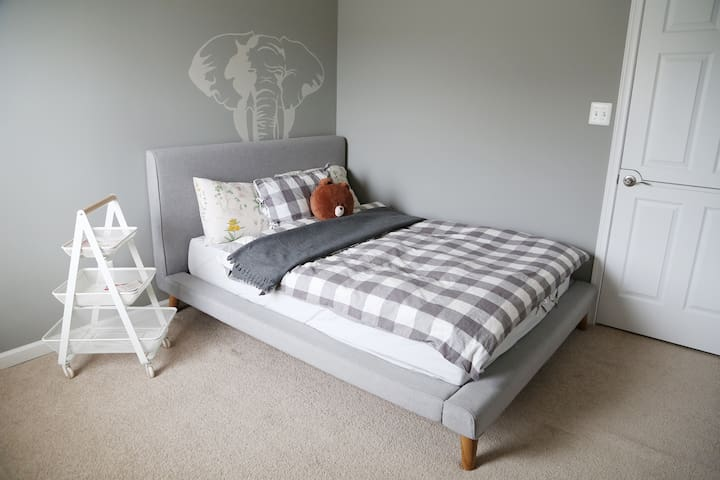 Downtown Conshy Bedroom in an Artistic Home - Conshohocken - Townhouse