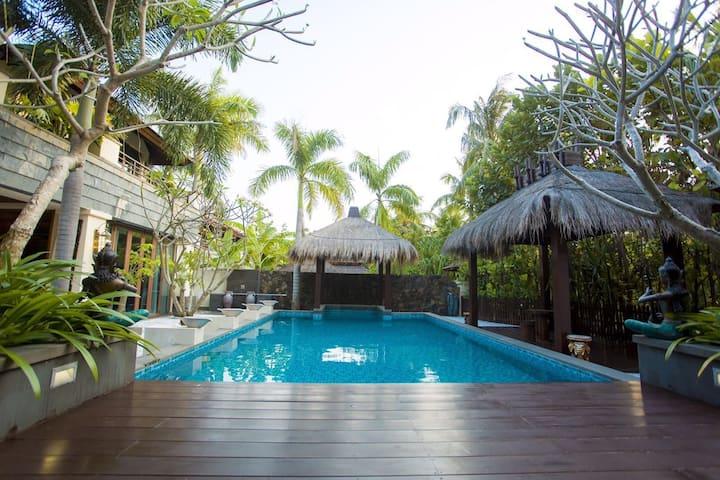 三亚亚龙湾泰式私享泳池独栋别墅。四室两厅(赠宽阔泳池、厨房可做饭、儿童座椅、全自动麻将机)免费开火