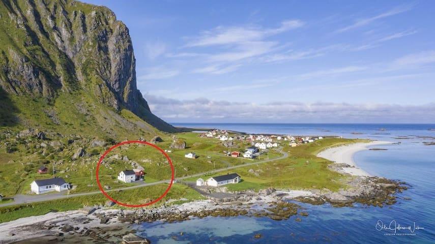 Hus midt i Lofoten, med strand og midnattssol