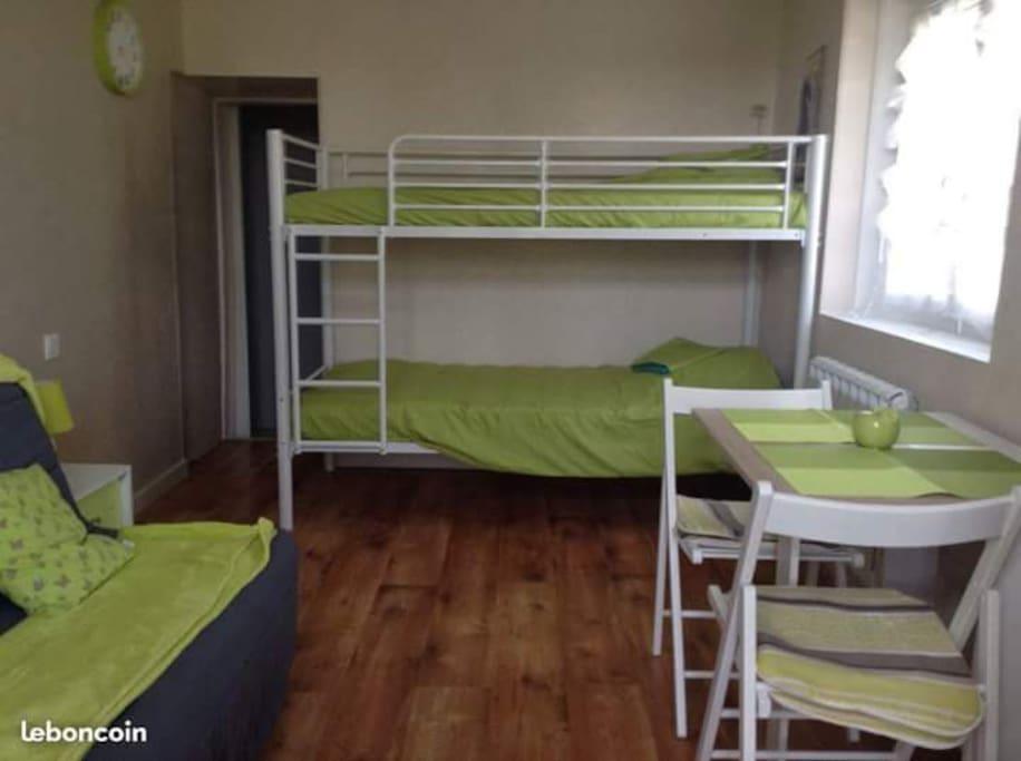 Canapé lit, lit superposé et table 4 personnes