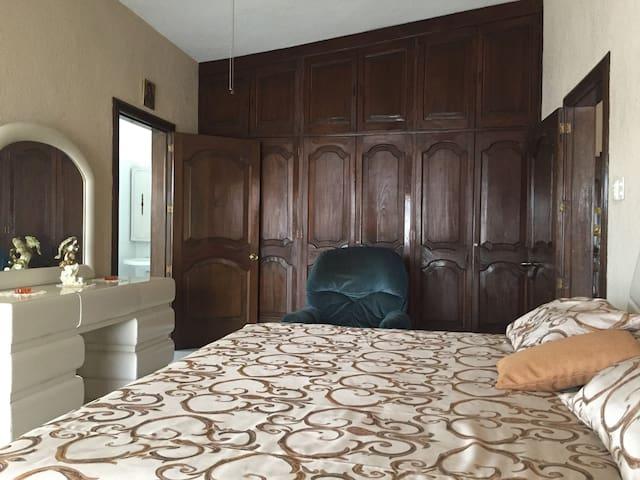 Dormitorio grande climatizado, con baño y dos camas