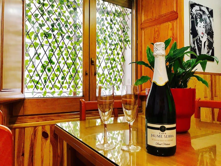 Seréis bien venidos con unas copas y una botella de Cava para que vuestra aventura en Cuenca empiece con un brindis.