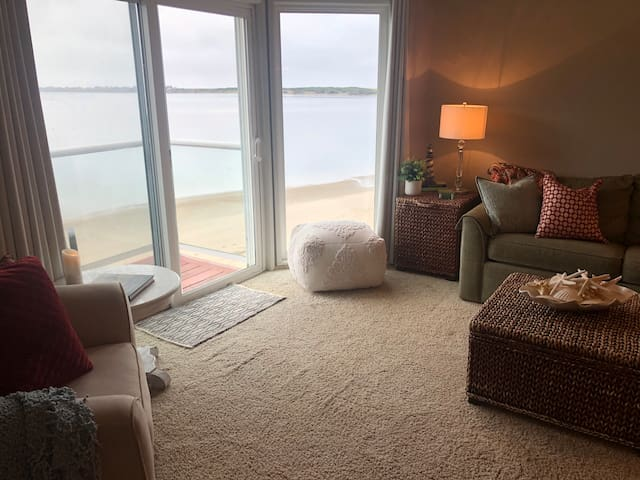 The tide is ever changing, making these windows a constant feature of entertainment. We've enjoyed the sea lions that frolic and play daily and bald eagles that swoop in for a fresh fish snack. We've watched kayakers, crabbers, and clammers too!!!!