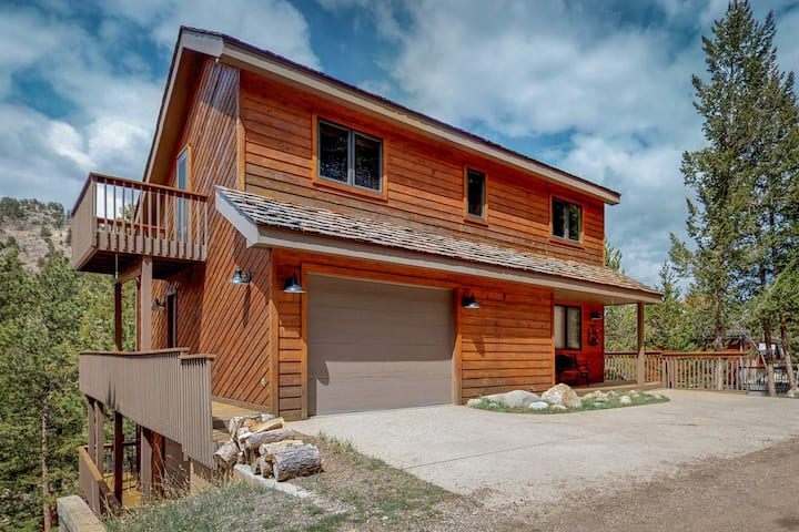 Great location near national park & town w/ deck & mountain view!