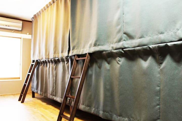 ★GUEST HOUSE SaKURa★1階【CAFÉ & BAR】で音楽とアルコールと食事をどうぞ