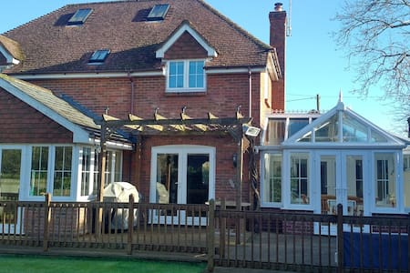 Lovely double room in welcoming family home - Fordingbridge - Casa
