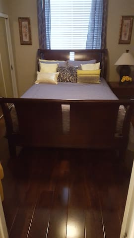 Clean & Cozy queen bedroom w/ nice closet - Manteca - Huis