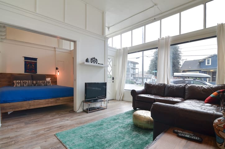 Beautiful 2 Bedroom Apartment in Ballard, Seattle