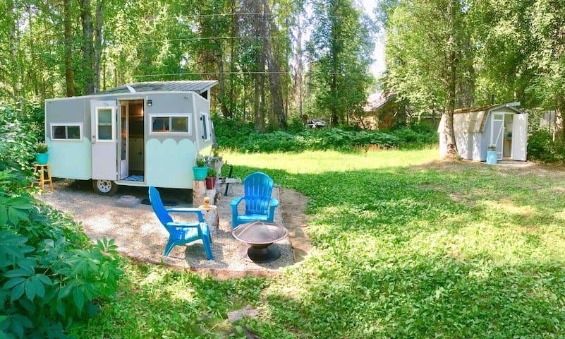 Vintage Camper - Backyard Camping -Walk to Town