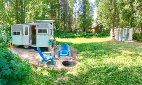 Vintage Camper - Backyard Camping -Walk to Town