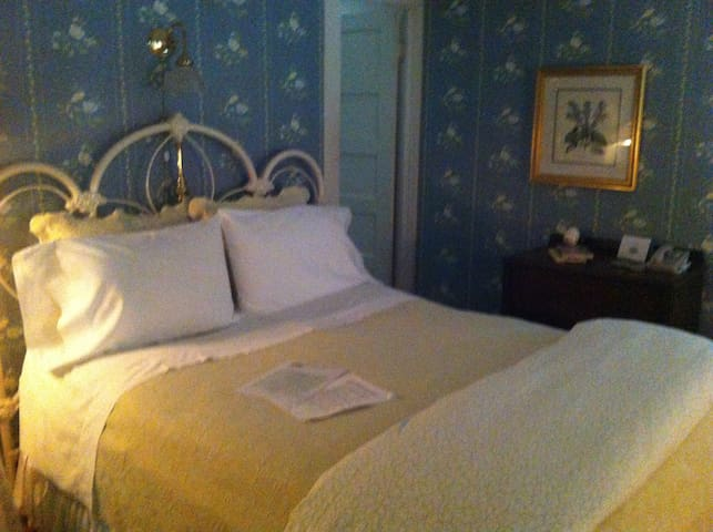 Queen Overlooking the Gardens - Glen Rose - Bed & Breakfast