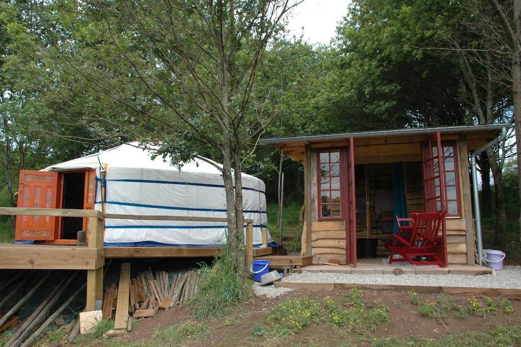 het houten huisje met keukentje, douche en droogtoilet
