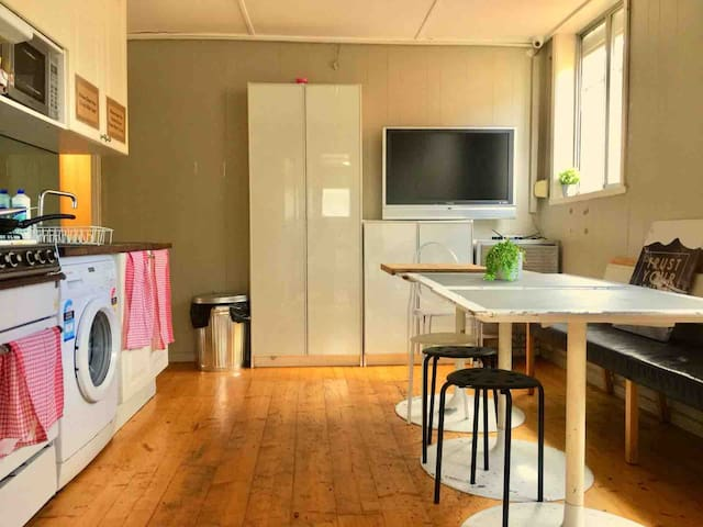 1 minutes tram stop to CBD share house furnished