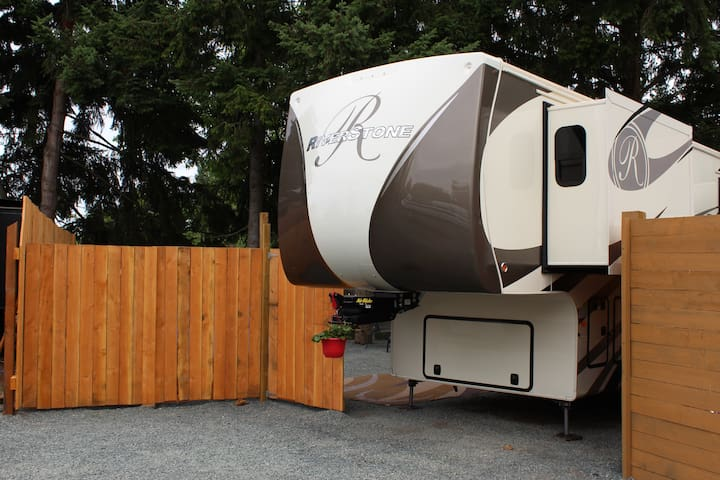 Gorgeous 2018 RV with private hot tub!