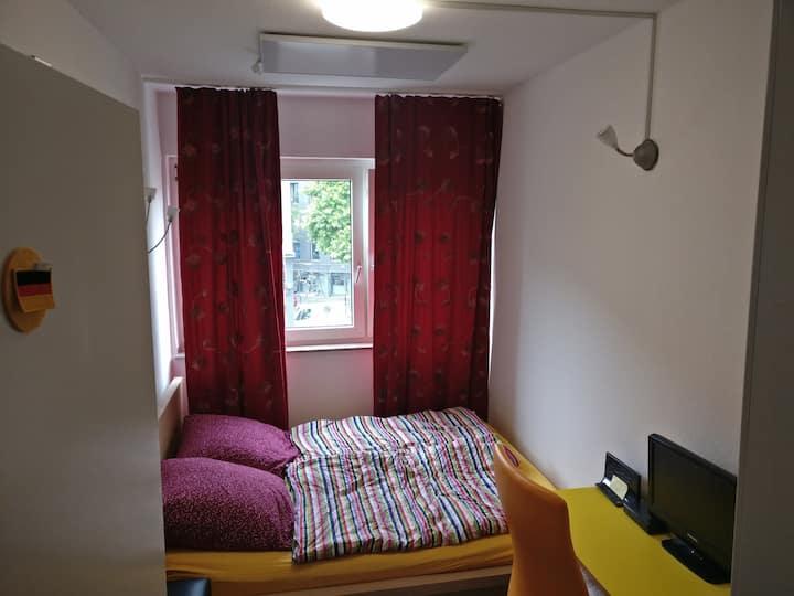 Kleines (8 qm) Zimmer im Zentrum, Barbarossaplatz