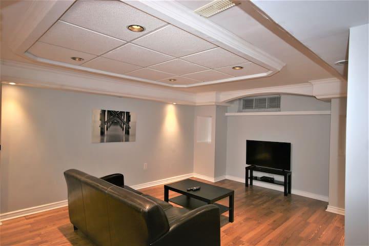 Cozy, Bright basement Apt near Hospital Corridor