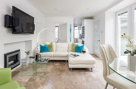 Beautiful apartment a stones throw from the Beach