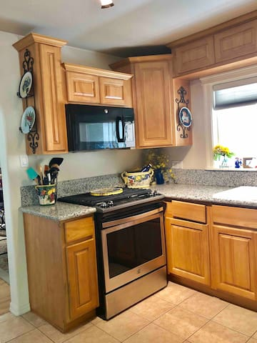 ✨Fully Stocked Kitchen ;) Complimentary Coffees,  Spices, creamers, snacks, Drinks, Bottled Waters, Cooking Utensils, Gas Stove, Refrigerator, Toaster, Kettle, Pots, Pans and Bake ware. Everything you need to make great meals during your stay!
