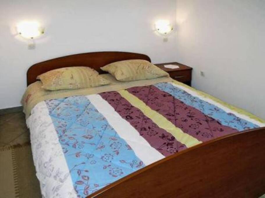 spavaća soba sa bračnim krevetom