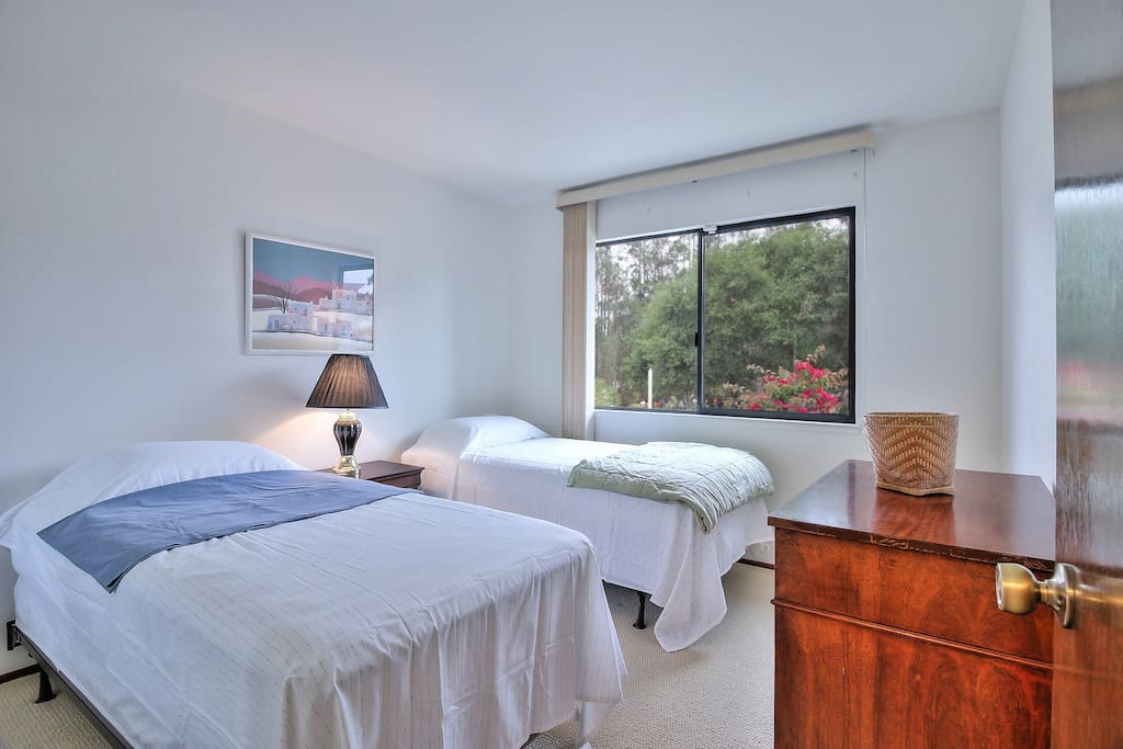 Bedroom: 2 single beds