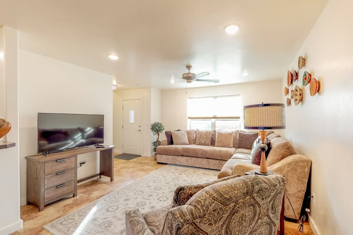 New listing! Lovely townhome w/ shared pool & hot tub, kid's playground & more!