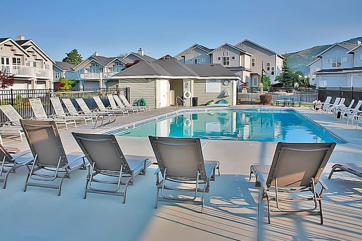 Wapato Point townhome w/shared pool - boat launches & shoreline nearby!