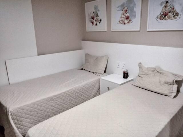 Quarto duas camas solteiro