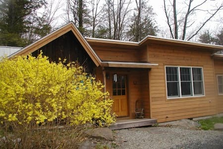 Charming Artist Cottage with Modern Amenities - Woodstock