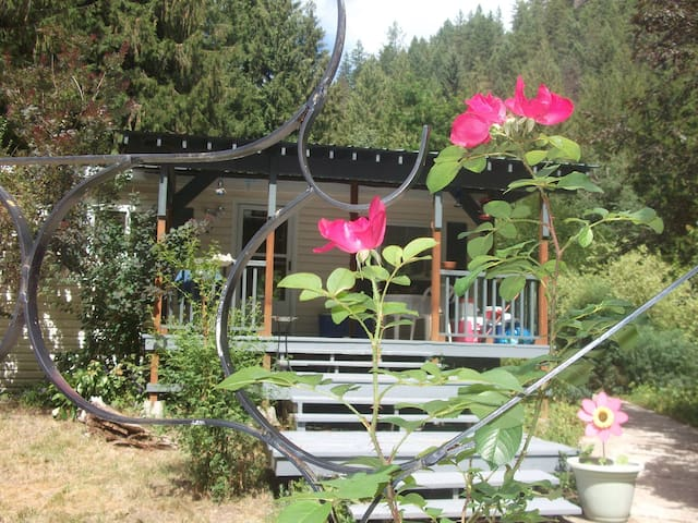 Creekside Cottage - 2 Bed 2 Bath - Nature Paradise - Christina Lake