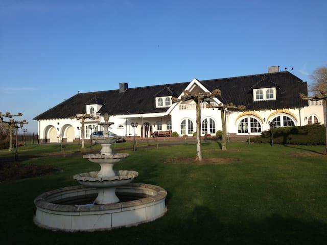 Exklusive Villa Maasheuvel an der Maas mit Park - Arcen - Huoneisto