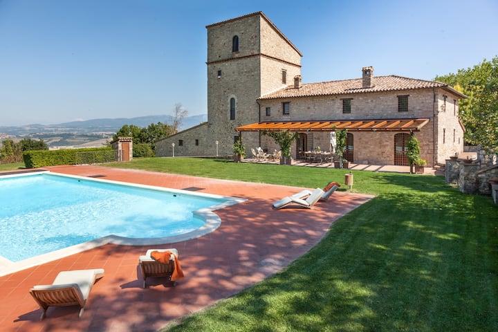 Villa del Falco, large pool and tennis court