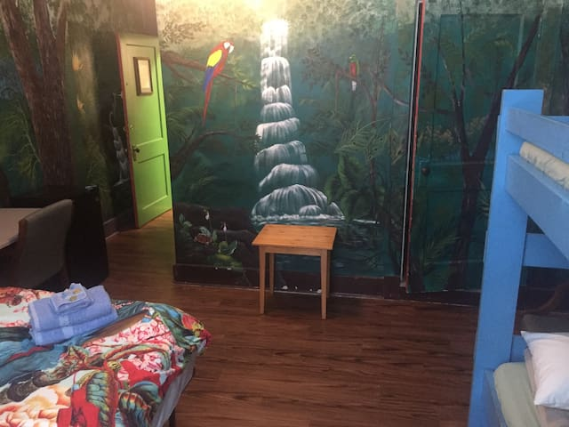Jungle Room, King + Bunkbed, No Cleaning fee