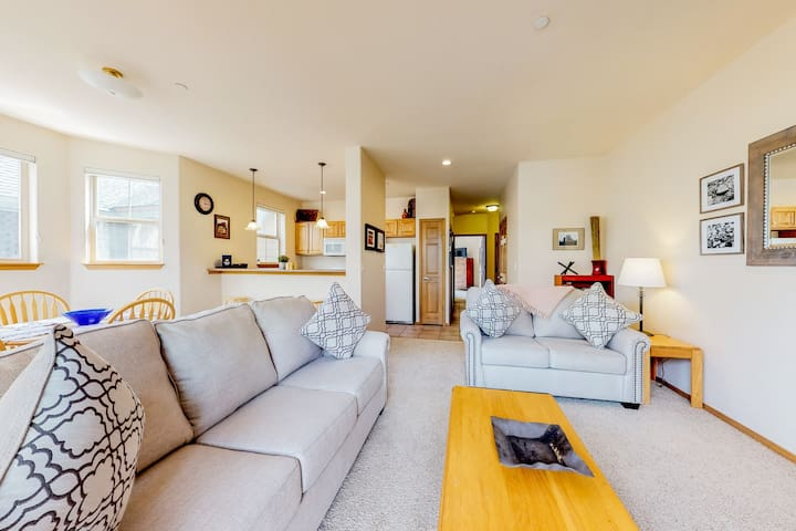 Ground-level condo w/ private balcony & shared hot tub - on bus route!