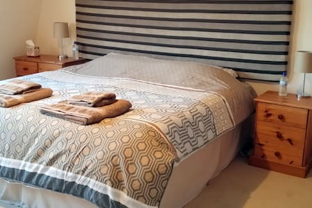 Lovely spacious room with superking bed, Sea Views