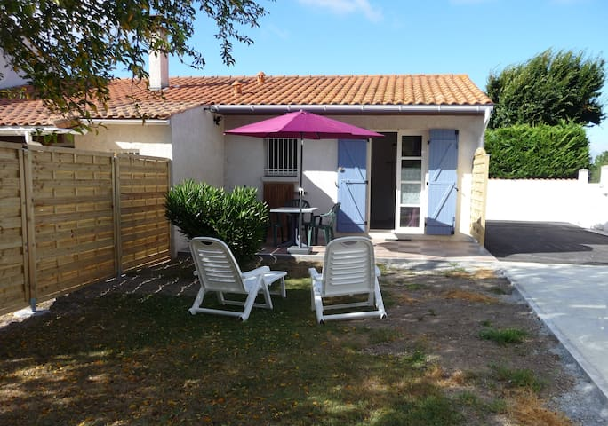 Gîte, private parking, calm 7 km from the beach - Breuillet - Hus