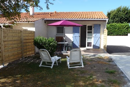 Gîte, private parking, calm 7 km from the beach - Breuillet - House