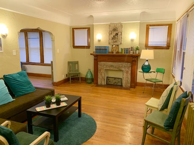 Cozy & Comfy 2 bedrooms, steps from Grosse Pointe!