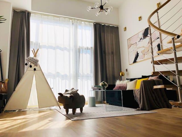 Homy·灰象(已消毒)CBD投屏➕TV双屏幕Loft公寓|繁华街景|下楼就到大融城万达吃玩逛超方便
